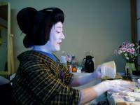 衣裳をつけ鬘を掛けたあと手を塗ります。