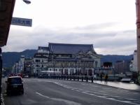 東山を背に加茂川を前に