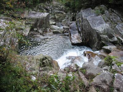 滝の上流から