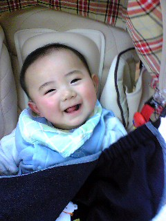 ベビーカーにて:笑顔がすてき!