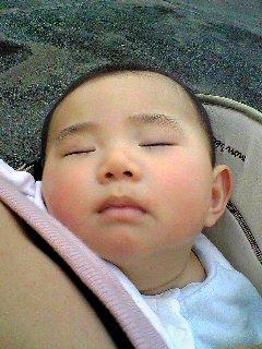 おんぶで熟睡
