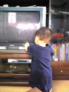 そんな近づいてテレビ見ないで!!