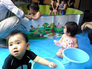 プールの横で水遊び
