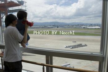 帰る前、滑走路見物する父と息子。