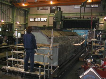 5面加工機クロスレールの研磨、重量40トン