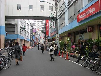 長崎屋町田店前。割安商品が多くあります。