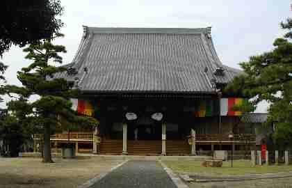 幔幕の張られた本堂