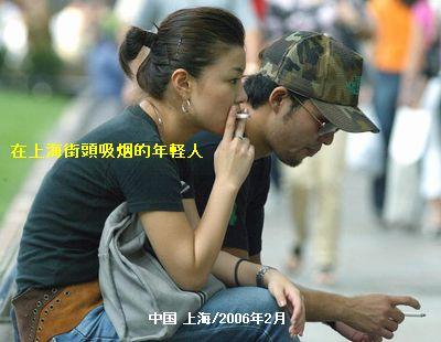 1在上海街頭吸烟的年軽人