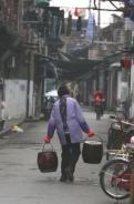3旧上海的象征 里弄 馬桶(便壺)を運ぶ主婦