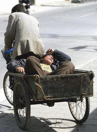 14三輪車中小睡的男子