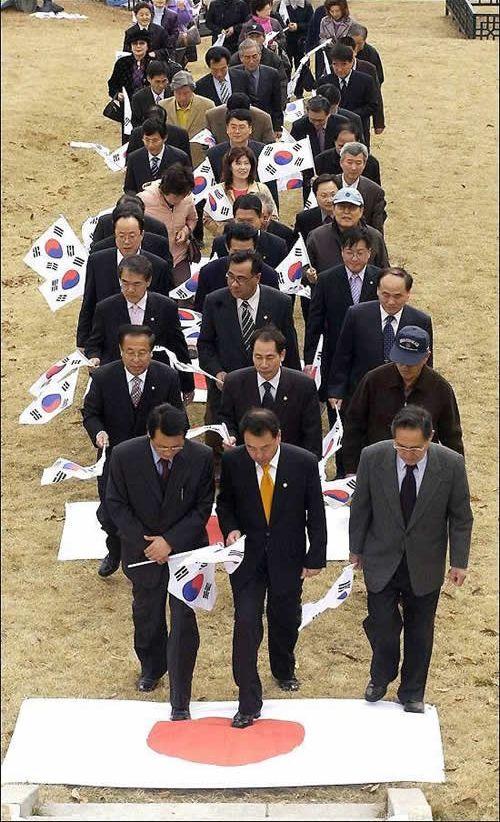 下賎な国=鮮国の国会議員軍団  日の丸 踏みつけOriginal