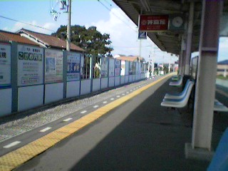 誰もいない駅のホーム