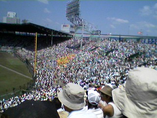 超満員の三塁アルプス席(東洋大姫路側)