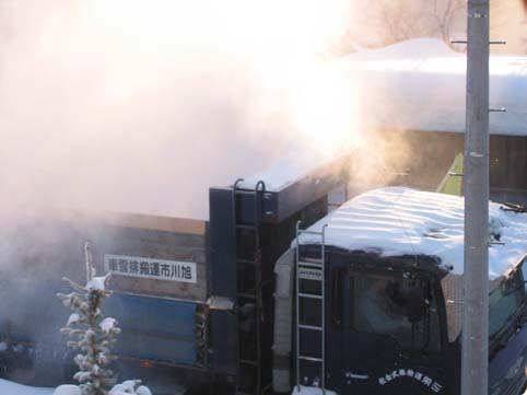トラックの荷台から白煙が・・・