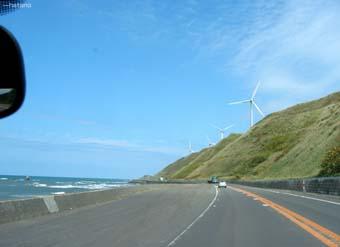 突然現れる巨大な風車