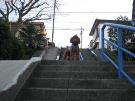 階段で待ち