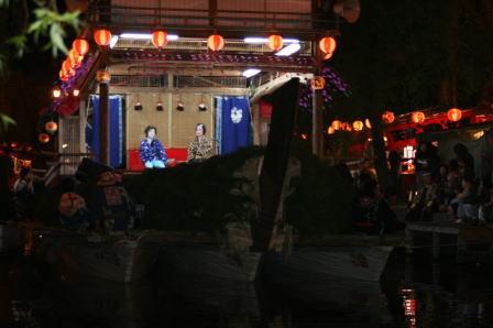 船舞台の上で演じられる大衆演劇