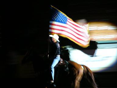 駆け抜ける星条旗。テキサスのロデオ場にて。