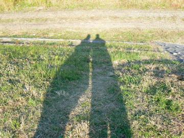 土手に二人の影が