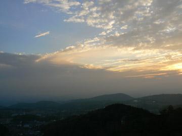青い空と夕陽のせめぎあい