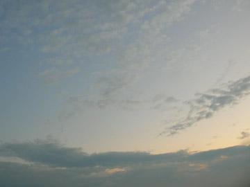 下のほうから日があたっている雲ってきれいですね