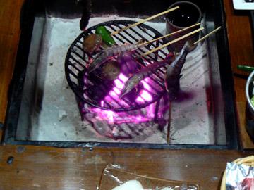 岩魚、野菜、海老を焼いています