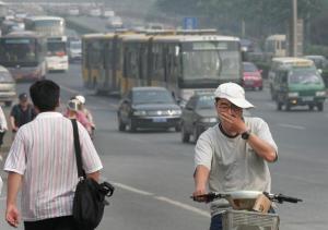 排気ガスで鼻や口を覆う男性=写真は、2006年6月、北京で撮影.jpg
