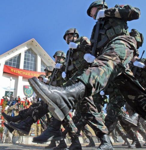 行進する人民解放軍=2006年12月18日、パキスタン・アボッタバードで、パキスタン軍と反テロ合同演習で