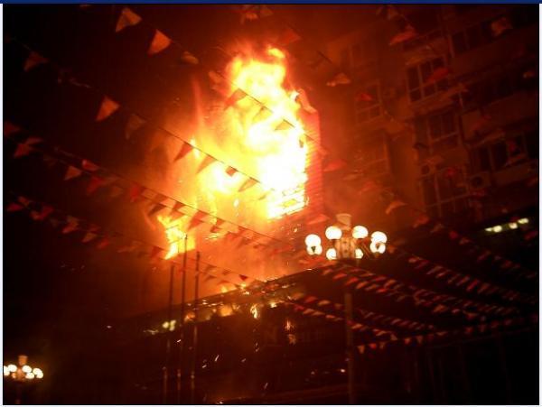 民衆に放火されたビル