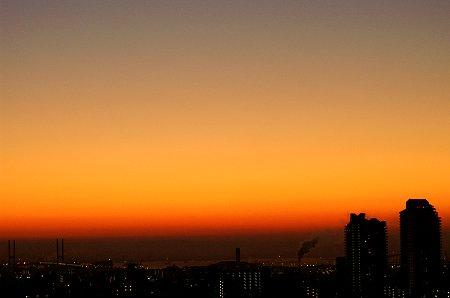 夜明けの街。