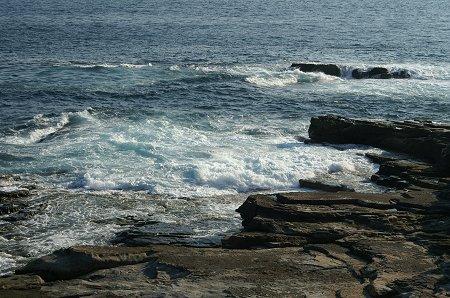 波打ち寄せる。