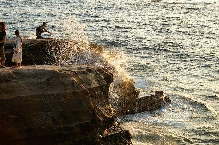 波打ち付ける。