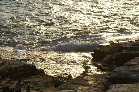 光る海と波と。