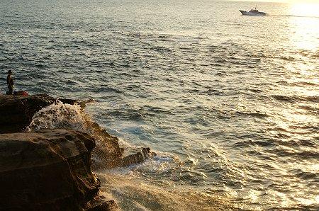 夕陽に染まる海をゆく。