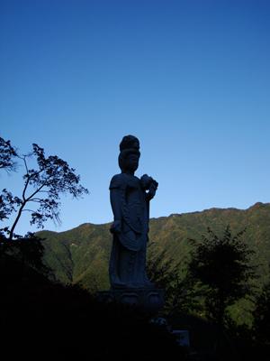 太陽寺入口に立つ観音様