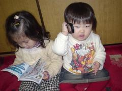 本と電話に夢中。。。