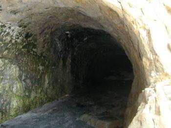 稲村ガ崎の洞穴(やや奥)