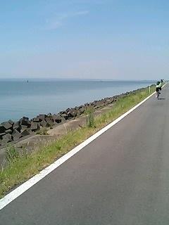 湖畔!見事にまっすぐな道です