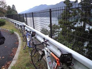 右に見えるは津久井湖です。初日は3人で出発!
